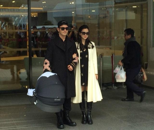Angelababy được chồng tới tận viện đón, ngày 19/1. Huỳnh Hiểu Minh xách nôi của con trai trên tay.