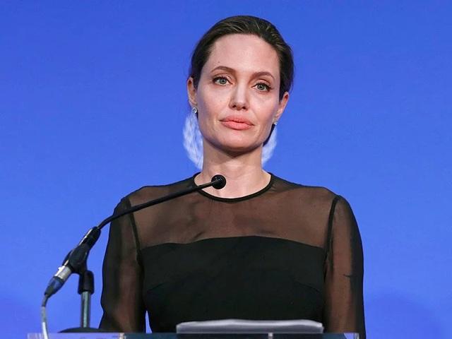 Angelina Jolie cho biết cuộc sống hiện tại của cô là đi du lịch, tham gia các hoạt động xã hội và chăm sóc các con.