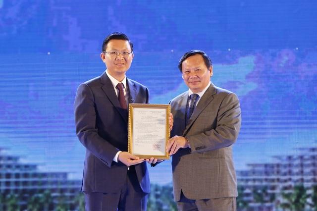 Ông Lê Thành Vinh - Tổng Giám đốc Tập đoàn FLC  đón chứng nhận 5 sao từ ông Nguyễn Văn Tuấn - Tổng Cục Trưởng Tổng cục Du lịch.