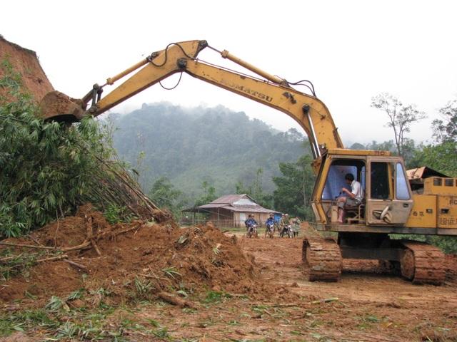 Địa bàn miền núi Nam Trà My thường xuyên ách tắc khi mưa bão. Nguồn điện cung cấp cũng không ổn định để phát triển kinh tế xã hội của huyện