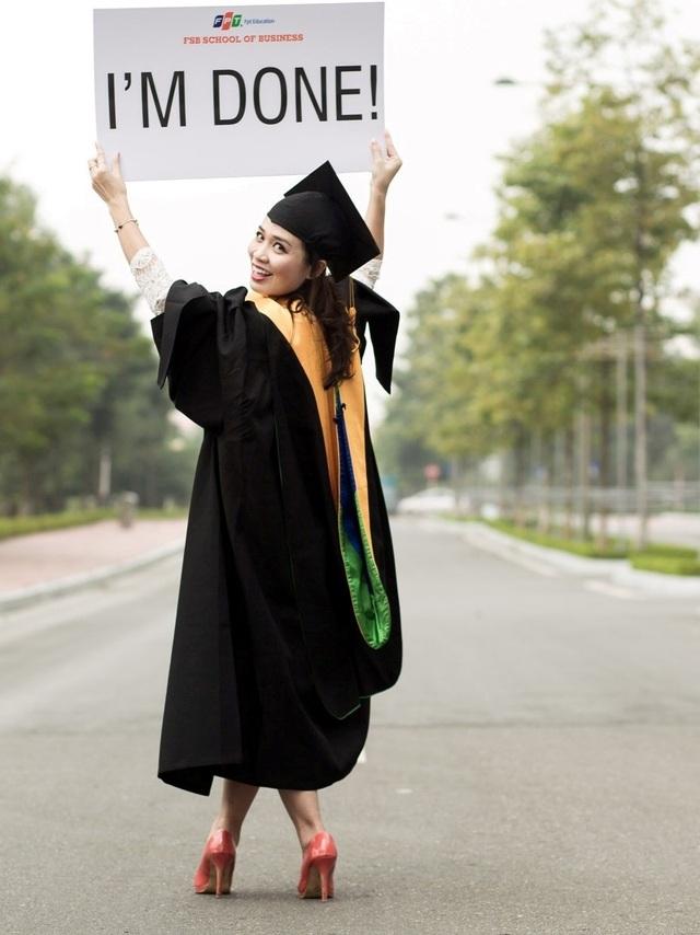 """Sau gần 2 năm """"tíu tíu"""" giữa công việc và học hành, gần như chẳng có những ngày cuối tuần đi chơi cùng với gia đình, thì giờ đây, họ đã có thể giơ cao tấm biển """"I'm Done"""" bởi hôm nay là Graduation Day (Ngày tốt nghiệp)."""