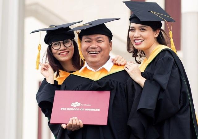 Cầm tấm bằng MBA trên tay, các tân thạc sỹ cùng hướng về một tương lai tươi sáng đang chờ đón họ. Họ đã được trang bị đầy đủ tri thức, kỹ năng của một doanh nhân kỷ nguyên số, hiện đại, tự tin để tự đón nhận những cơ hội mới, những trọng trách mới…