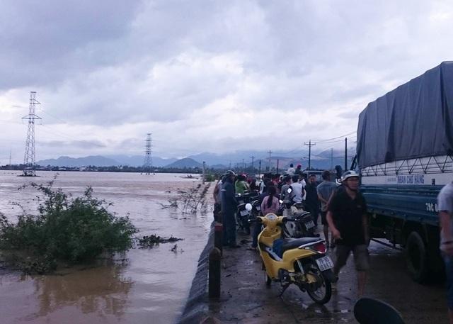Đường vào xã Vĩnh Phương (TP Nha Trang, Khánh Hòa) bị ngập sâu khiến hàng loạt các phương tiện ách tắc