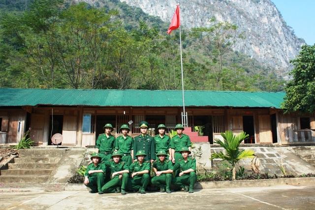 Trung tá Đặng Minh Sơn - Đồn trưởng, cùng các chiến sĩ đồn biên phòng Tam Chung