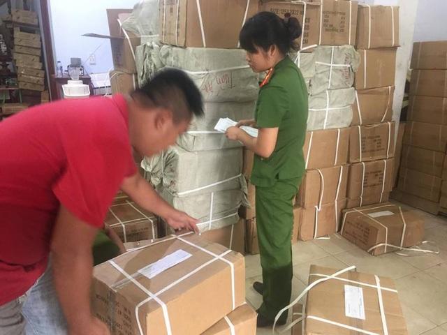 Hàng trăm thùng hàng lậu bị lực lượng công an phát hiện