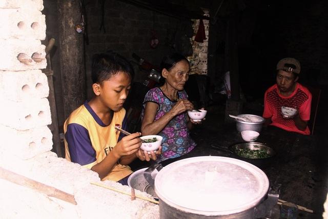 """Em Cao Văn Tuấn (SN 2003, xóm 3, xã Nghi Đồng, huyện Nghi Lộc) là hoàn cảnh hết sức éo le khi em sinh ra không có bố và cách đây một năm mẹ em đột ngột qua đời vì bệnh tật nên với em """"Tết đoàn viên"""" là điều không thể nào có"""