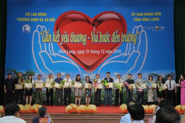 """Trong năm 2016, Bảo Việt Nhân thọ cũng đã đồng hành cùng Quỹ Bảo trợ trẻ em Việt Nam trong chương trình học bổng """"An sinh giáo dục– xe đạp đến trường"""", trao tặng 1.500 xe đạp và 1.500 chiếc ba lô với tổng giá trị hơn 3 tỷ đồng cho trẻ em có hoàn cảnh khó khăn."""