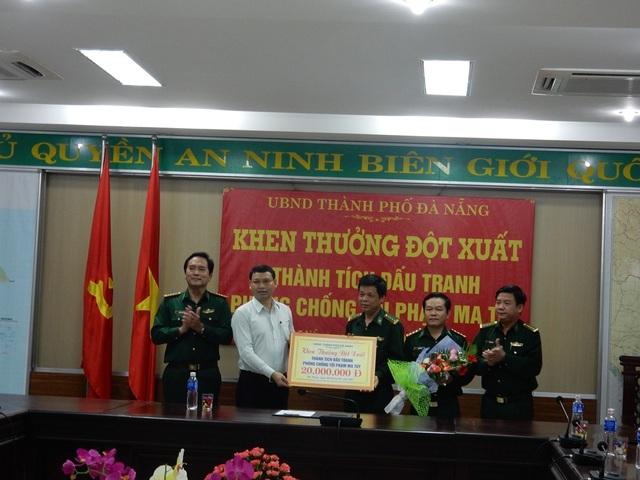 """Phó Chủ tịch UBND TP Đà Nẵng Hồ Kỳ Minh thưởng """"nóng"""" cho Bộ đội Biên phòng thành phố"""
