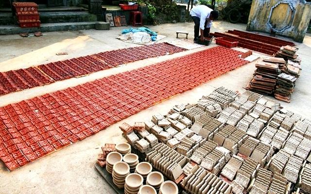 Trước đây nhiều người theo nghề, nhưng do giá thành quá rẻ so với công sức bỏ ra nên hiện nay chỉ còn vài hộ dân tại làng gốm Thanh Hà vẫn còn giữ nghề