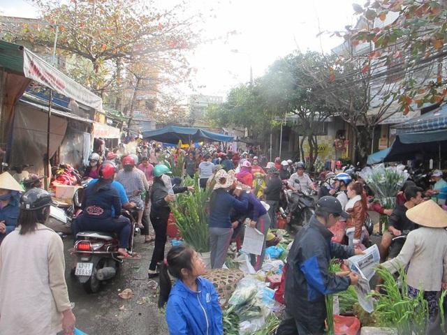 Phiên chợ ngày cuối năm đông vui, nhộn nhịp hơn hẳn ngày thường