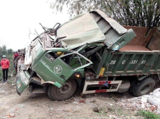 Chiếc xe tải bị bẹp dúm sau cú tông vào vách núi (ảnh: Báo Giao thông)
