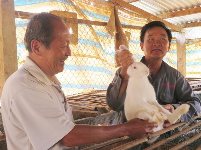 Ông Lê Văn Cững không ngại chia sẻ kinh nghiệm chăn nuôi thỏ giúp bà con lối xóm phát triển kinh tế