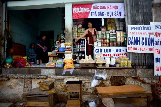 Nhiều cửa hàng kinh doanh, hộ dân sống trên đường Chu Mạnh Trinh (quận 1, TPHCM) vất vả vì nền nhà cao hơn vỉa hè hơn 1 mét sau khi cơ quan chức năng phá bỏ bậc tam cấp lấn ra vỉa hè.
