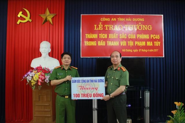 Đại tá Bùi Ngọc Phi, giám đốc Công an tỉnh đã thưởng nóng đơn vị phá án 100 triệu đồng