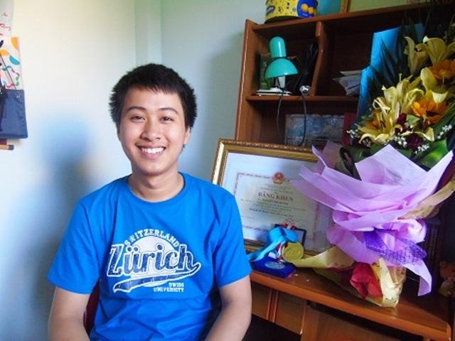 Chàng trai Nguyễn Thế Quỳnh trong một lần trò chuyện với PV Dân trí (Ảnh Tiến Thành)