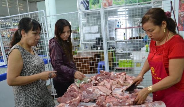 Người dân mua thịt heo tại cửa hàng thịt sạch, bình ổn giá đầu tiên được mở tại Đồng Nai.