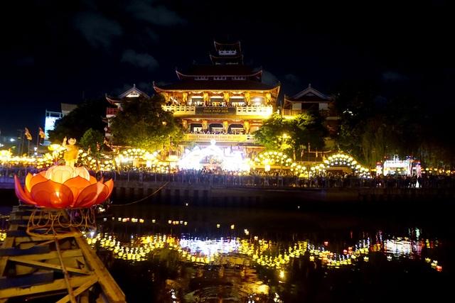 Tối 9/5, hàng nghìn người có mặt ở chùa Pháp Hoa, quận 3, TPHCM để tham dự thả hoa đăng trong ngày lễ Phật đản.