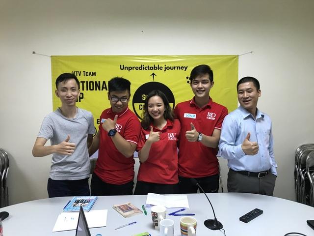 VTV Team chụp ảnh cùng TS. Đồng Xuân Đảm,Viện trưởng Viện Đào tạo Quốc tế (phải ngoài cùng) ngay sau buổi phỏng vấn với tập đoàn Accor