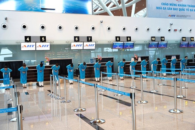 Nhân viên mặt đất của Vietnam Airlines chào mừng khai trương hệ thống dịch vụ tại nhà ga Quốc tế T2 Đà Nẵng
