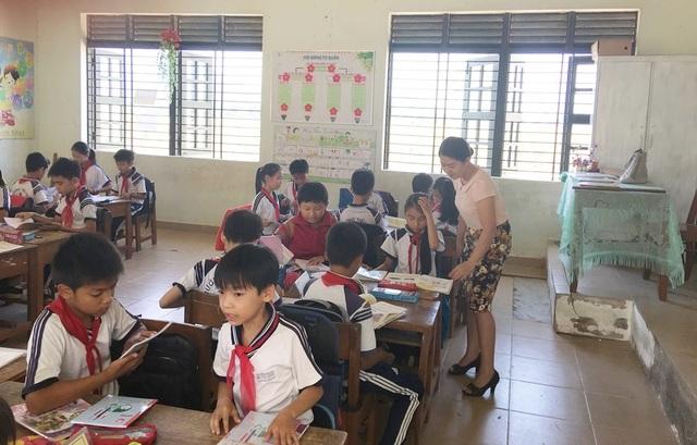 Cô giáo Nguyễn Thị Tuyến trong một buổi học cùng học sinh của mình - (Ảnh: NVCC)