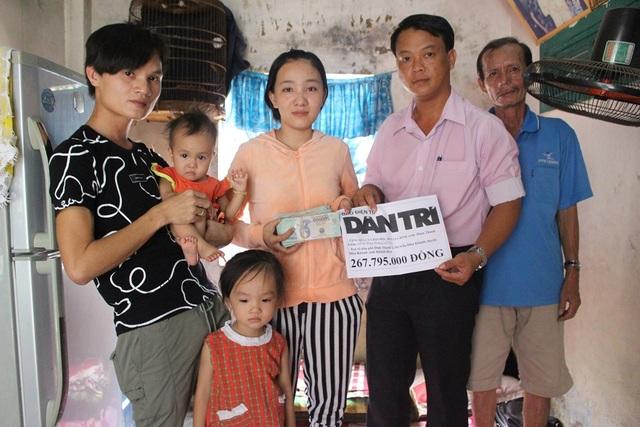 Ông Võ Nguyên Sơn, Phó Chủ tịch UBND thị trấn Diên Khánh (huyện Diên Khánh, Khánh Hòa) thay mặt bạn đọc báo Dân trí trao số tiền 267.795.000 đồng đến gia đình bé Vy