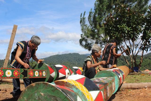 Các nghệ nhân đang hoàn thành công đoạn cuối cùng của cây nêu để phục vụ buổi lễ