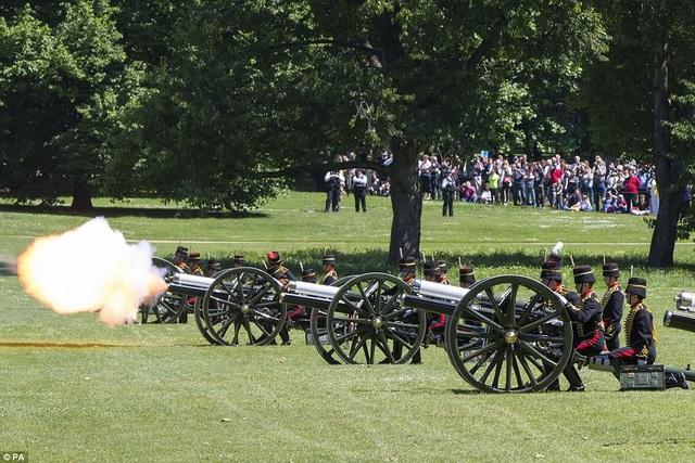 Ngày 10/6, đội pháo kỵ Hoàng gia Anh đã bắn 41 phát đại bác từ công viên Green Park ở thủ đô London để mừng sinh nhật lần thứ 96 của Hoàng thân Philip, phu quân của Nữ hoàng Elizabeth II. (Ảnh: PA)
