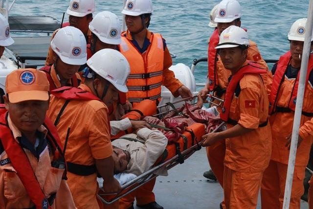 Vietnam MRCC đưa ngư dân Hùng về Nha Trang an toàn