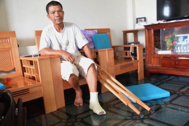 Ông Mẫn bị gãy ngón chân, xương sườn sau khi bị đánh.