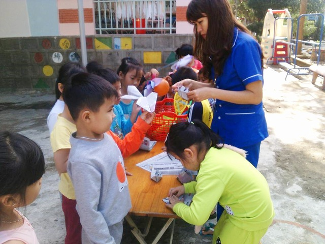 Cô giáo Phạm Thị Hoa cùng các em học sinh mầm non trong một buổi học - (Ảnh: NVCC)