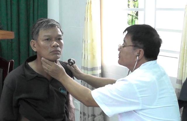 Bác sĩ khám bệnh cho người dân nghèo, đối tượng chính sách