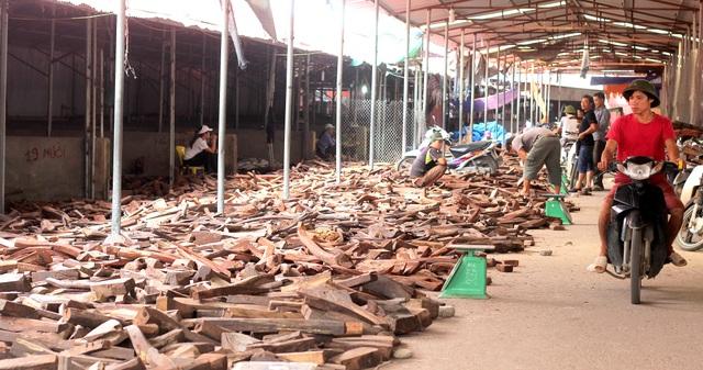 Về Bắc Ninh xem khu chợ gỗ quý tiền tỉ bán theo cân - 1
