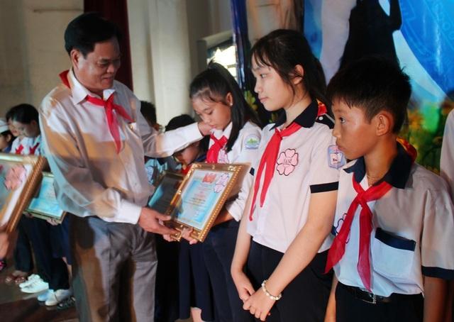 Ông Huỳnh Tấn Việt, Bí thư Tỉnh ủy Phú Yên trao giấy chứng nhận cho 100 đại biểu Cháu ngoan Bác Hồ