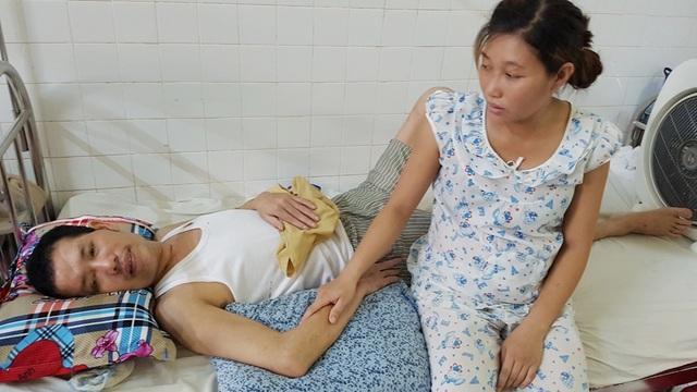 Anh Lê Đức Anh như người vô hồn sau khi bị tai nạn chấn thương sọ não, người vợ trẻ - chị Phạm Thị Hoa đang mang thai theo sát chăm chồng