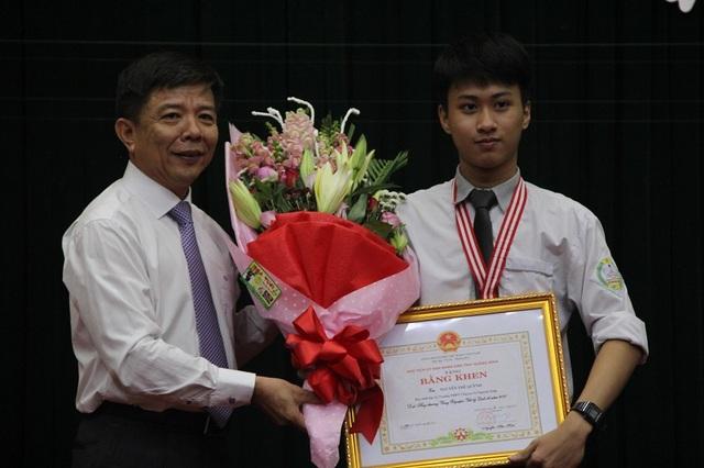 Chủ tịch UBND tỉnh Quảng Bình tặng Bằng khen cho em Nguyễn Thế Quỳnh