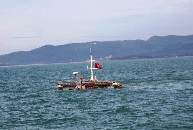 Một phần cabin con tàu bị chìm nhô trên mặt nước