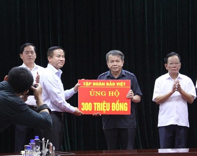 Ông Đào Đình Thi - Chủ tịch HĐQT Tập đoàn Bảo Việt trao trực tiếp 300 triệu đồng ủng hộ đồng bào trong đợt công tác ngày 09/08/2017 tại tỉnh Sơn La và tỉnh Yên Bái cùng Đảng ủy Khối Doanh nghiệp Trung ương.