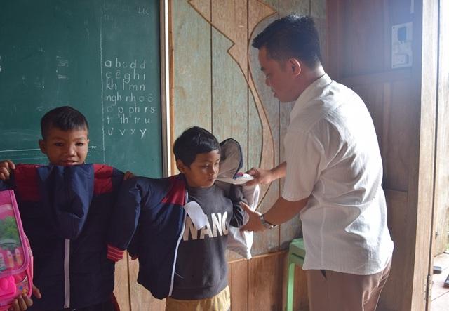Những món quà đầu năm học mới của những người thầy miền xuôi dành các em học sinh dân tộc tại bản Troi.
