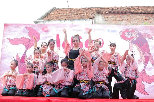 Vũ công bellydance Đỗ Hồng Hạnh và các học trò trong nhóm Ministars trong phần trình diễn với sự kết hợp giữa nghệ thuật múa bụng và văn hóa Nhật Bản.