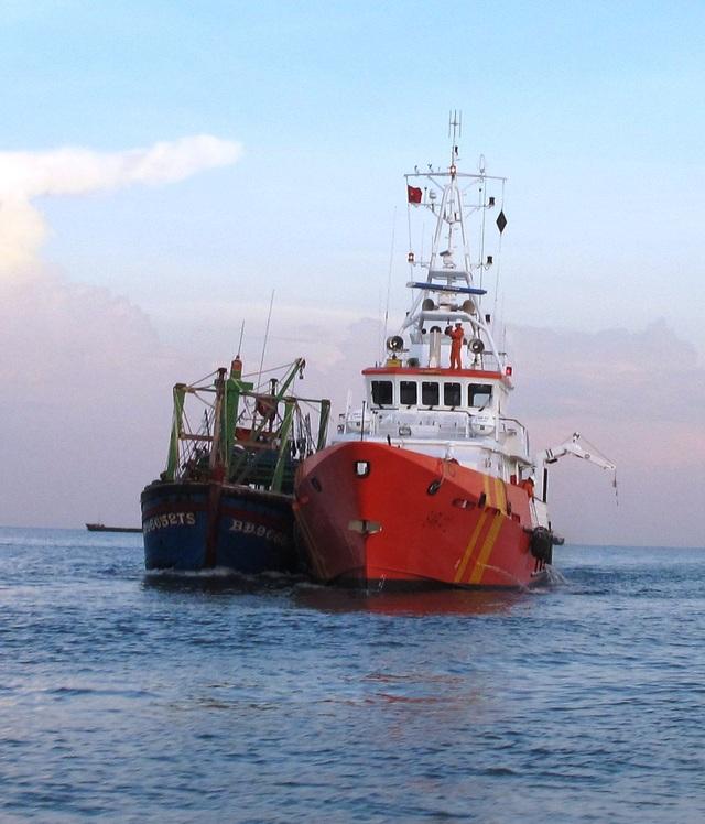 Tàu cá của ngư dân Bình Định bị nạn được tàu cứu hộ lai dắt về cảng Quy Nhơn (ảnh minh họa)