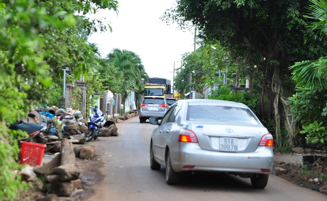 """Để """"né"""" trạm thu phí BOT quốc lộ 1, tuyến tránh Biên Hòa, mỗi ngày có hàng trăm lượt xe lưu thông vào tuyến đường D02, ấp Bàu Cá, xã Trung Hòa"""