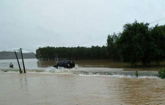 Nhiều tuyến đường tại xã Hòa Hải, huyện Hương Khê bị ngập