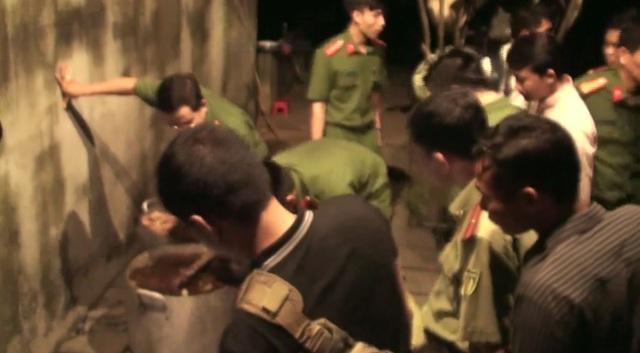 Lực lượng chức năng kiểm tra 1 nồi nhôm dùng để nấu cao hổ
