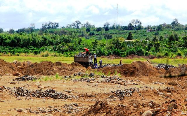 Việc khai thác và vận chuyển đá trái phép diễn tra gần UBND xã Ia Bă