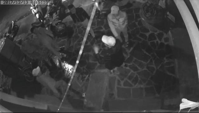 Các đối tượng nhảy nhót, la hét trước cửa nhà chị Trang được camera an ninh ghi lại lúc 1 giờ 51 phút rạng sáng 13/12