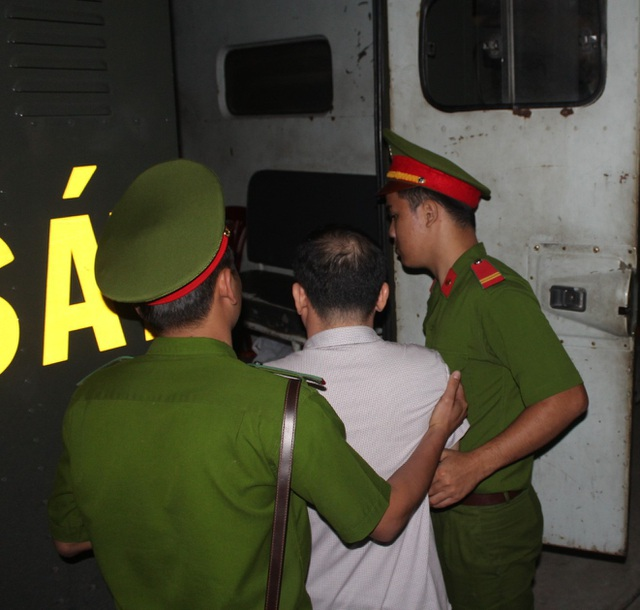 Bị cáo Lương Văn Thảo được dẫn giải ra xe chuyên dụng cuối phiên xét xử.