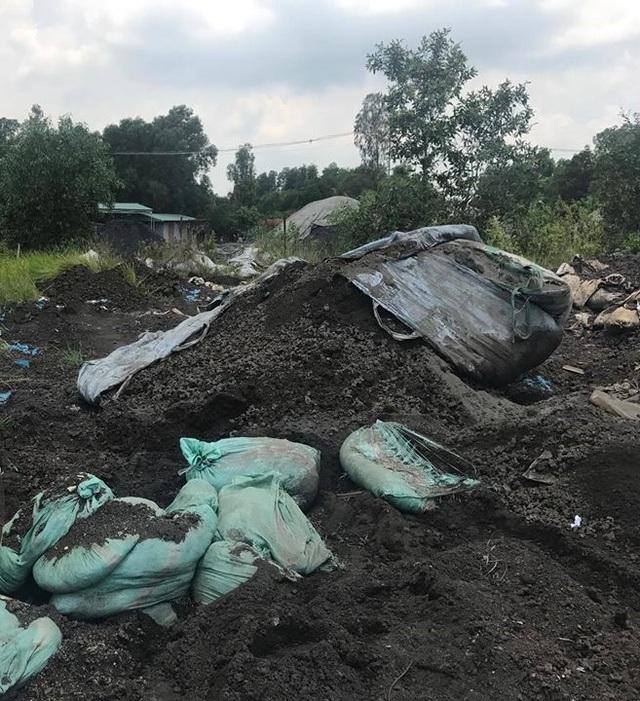 Gần 7 tấn xỉ than bị tài xế đổ trộm ra môi trường