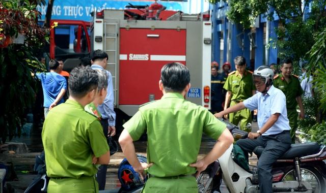 Lực lượng chức năng quận Tân Phú có mặt xử lý vụ hỏa hoạn