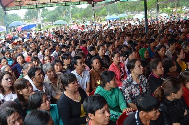Hàng trăm người dân đến theo dõi phiên tòa xét xử bị cáo Nguyễn Thanh Tùng