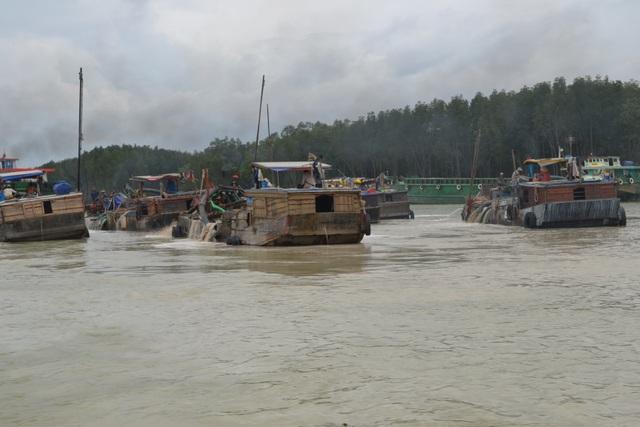 Hoạt động khai thác cát trên sông Đồng Nai